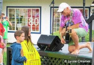 Jimmy-Buffett-smiling-with-kids